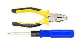 Оборудуйте ремонтировать электротехнику и связывать проволокой пары ручной главной отвертки плоскогубцев на белой домашней работе стоковые фото