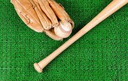 Оборудование бейсбола на искусственном поле дерновины зеленой травы Стоковые Фото