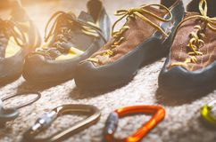 Оборудование взбираться и альпинизма на ковре Ботинки, штуцер, веревочка, прыжки, восходить-er Концепция внешнего и весьма спорта Стоковое Фото