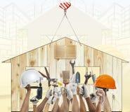 Оборудование инструмента дома и руки поднимая diy против деревянного дома использует f Стоковое Изображение