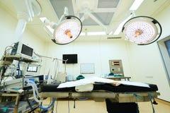 Оборудование и медицинские службы в современной операционной Стоковые Изображения RF