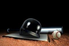 Оборудование и основание бейсбола на поле Стоковые Фото