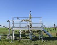 Оборудование и технологии на месторождениях нефти Нефтяная скважина Стоковое Фото