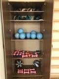 Оборудование комнаты терапевтической физической подготовки В открытых гантелях и шариках лож случая Рядом с стеной шведское wa Стоковые Изображения
