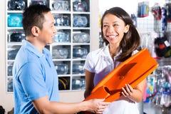 Оборудование клиента покупая в магазине водолазов Стоковые Изображения RF