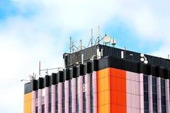 Оборудование мобильной телефонной связи на крыше Стоковые Фотографии RF