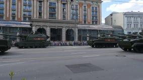 Оборудование МОСКВЫ, РОССИИ 7-ое мая 2016 воинское двигая дальше улицу Tverskaya видеоматериал