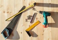 Оборудование на деревянной предпосылке стола Стоковые Изображения RF