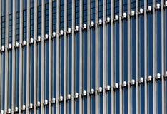 Оборудование освещения на фасаде современного офисного здания Стоковые Фото