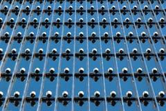 Оборудование освещения на фасаде современного офисного здания Стоковая Фотография