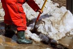 Оборудование от работника которое подметает снег от дороги в зиме Стоковые Изображения