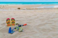 Оборудование скубы на пляже песка белого моря Стоковая Фотография