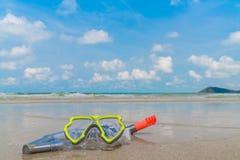 Оборудование скубы на пляже песка белого моря Стоковое Изображение