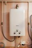 Оборудование снабжения жилищем - наполните газом нагреватель воды в кухне Стоковое фото RF