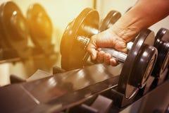 Оборудование спорта в тренажерном зале или комнате спортзала, ослабляет комнату для здоровых людей, гантель в фитнесе и комната с стоковая фотография rf
