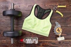 Оборудование спорта, приз, деревянная предпосылка Стоковые Фотографии RF