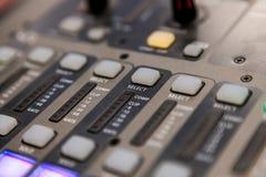 Оборудование студии звукозаписи тональнозвуковой пульт смешивая профессиональную студию tv Стоковые Изображения