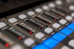 Оборудование студии звукозаписи тональнозвуковой пульт смешивая профессиональную студию tv Стоковое фото RF