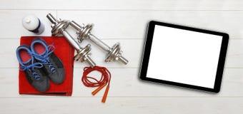 Оборудование фитнеса и пустая цифровая таблетка стоковое фото