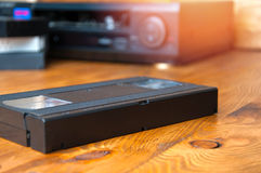Оборудование для играть ленты VHS на деревянном столе Стоковое Изображение RF