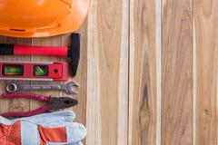 Оборудование для обеспечения безопасности и инструментальный ящик на деревянном стоковое фото rf