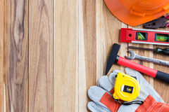 Оборудование для обеспечения безопасности и инструментальный ящик на деревянном стоковые фотографии rf