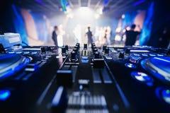 Оборудование DJ музыки в крупном плане ночного клуба с запачканными людьми танцев предпосылки Стоковая Фотография RF