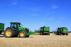 Оборудование John Deere аграрное на поле Стоковое Фото