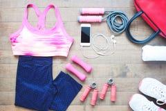 Оборудования спорта Бюстгальтер спорта Ботинки Smartphone и спорта на деревянном поле, здоровом образе жизни Стоковые Фото