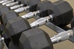Оборудовани-гантели тренировки в спортзале Стоковые Изображения RF