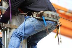 Оборудуйте пояс нося электриком взбираясь на конкретном поляке Стоковая Фотография