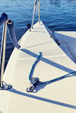 Оборудуйте яхту с расчалками для спинакера стоковые изображения