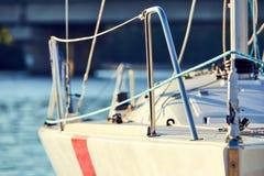 Оборудуйте яхту с расчалками для спинакера стоковые изображения rf
