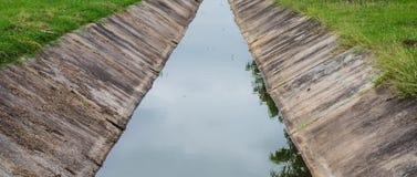 Обочина бетона дренажных каналов Стоковые Фото