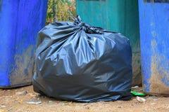 Обочина сумки отброса кучи черная в конце города вверх Стоковая Фотография RF