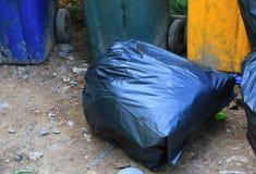 Обочина сумки отброса кучи черная в конце города вверх Стоковое Изображение RF