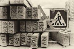Обочины и знак пешеходного перехода Стоковые Фото