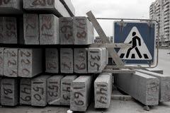 Обочины и знак пешеходного перехода Стоковая Фотография