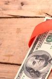100 оболочек долларовых банкнот в красной ленте Стоковые Фотографии RF