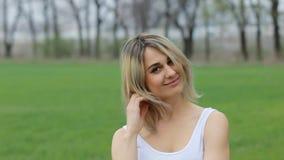 Обольстительная девушка в белой рубашке в саде движение медленное видеоматериал