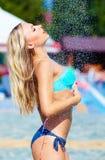 Обольстительная девушка наслаждаясь ливнем лета стоковые изображения rf