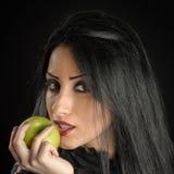 Обольстительная женщина держа зеленое Яблоко Стоковые Фото