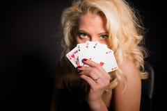 Обольстительная женщина показывая ее карточки стоковое изображение rf