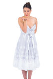 Обольстительная молодая модель в платье лета целуя на камере стоковое изображение rf