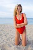 Обольстительная очаровательная женщина одела в ультрамодном красном swimwear смотря вас Стоковое Изображение