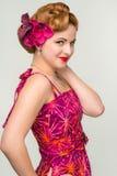 Обольстительная ретро женщина стиля в винтажном платье, на сером цвете Стоковое Изображение