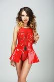 Обольстительная фотомодель в красном показном платье стоковая фотография rf