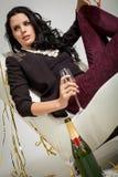 Обольстительное брюнет держа стекло шампанского стоковые фото