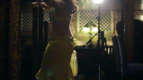 Обольстительное брюнет показывает танец живота, снимая к пределу акции видеоматериалы