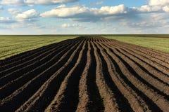 Обрабатываемая земля, вспаханное поле на весне, ландшафте, аграрном, полях Стоковые Изображения RF